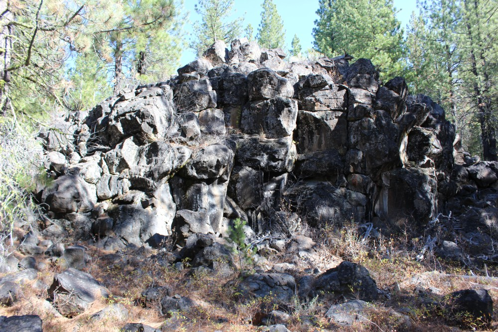 Beautiful rock croppings all along the trail
