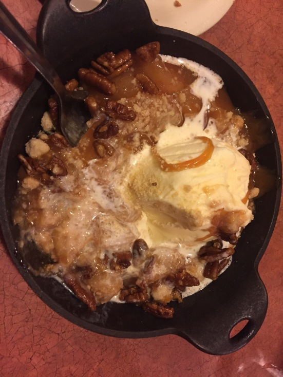 Cinamon apples with pecans and ice cream was awesome